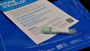 Un kit de dépistage du cancer colorectal, le 4 mars 2016 à Morlaix (Finistère). (MAXPPP)