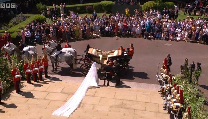 Les jeunes mariés la sortie de la chapelle Saint-Georges de Windsor  (Capture écran BBC)