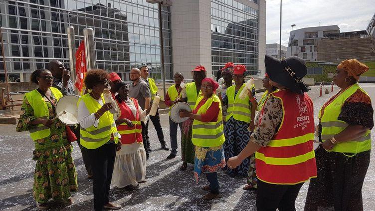 Les grévistes devant l'hôtel IbisClichy-Batignolles, à Paris, le 16 août 2019. (NICOLAS FILLON / RADIO FRANCE)