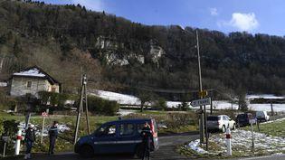 Des gendarmes bloquent l'accès au lieu des recherches du corps de Maëlys, le 14 février 2018, près de Saint-Franc (Savoie). (PHILIPPE DESMAZES / AFP)
