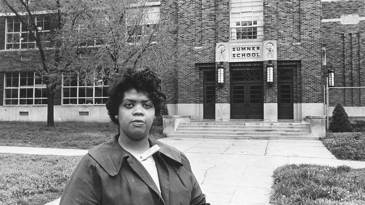 Linda Brown Smith pose devant son école à Topeka (Kansas), le 8 mai 1964. (AP/SIPA)