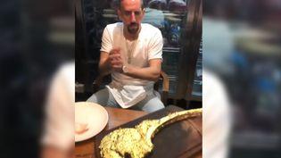 Franck Ribéry s'apprête à déguster une entrecôte recouverte d'or àDubaï, le 3 janvier 2019. (INSTAGRAM / FRANCKRIBERY7)