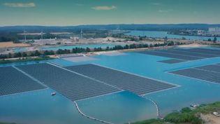 À Piolenc, dans le Vaucluse, 47 000 panneaux solaires installés sur un lac ont été inaugurés vendredi 18 octobre. C'est la première centrale photovoltaïque flottante de l'Hexagone et la plus puissante d'Europe. D'autres projets sont en cours. (FRANCE 2)