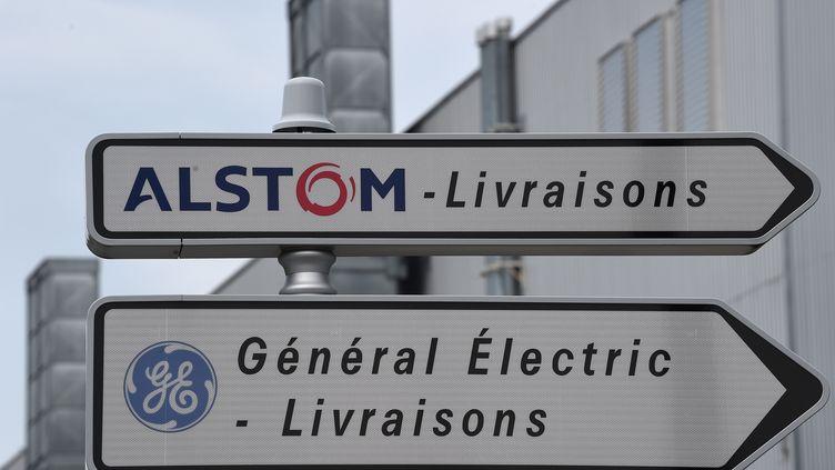 Panneaux directionnels sur le site d'Alstom, à Belfort. (PATRICK HERTZOG / AFP)