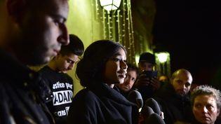 Assa Traoré, soeur d'Adama, devant la mairie de Beaumont-sur-Oise, le 22 novembre. (CHRISTOPHE ARCHAMBAULT / AFP)