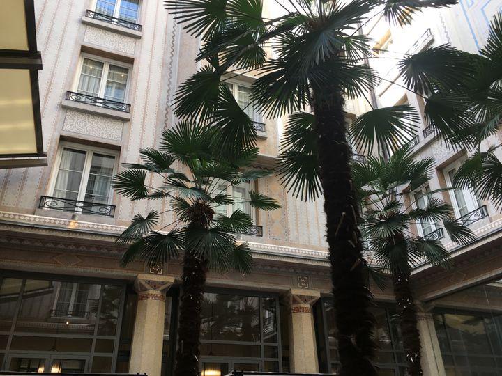 Le jardin intérieur de l'hôtel Prince de Galles qui rouvre le 7 septembre 2020 après avoir fermé en raison de l'épidémie de coronavirus, début septembre (GREGOIRE LECALOT / RADIO FRANCE)