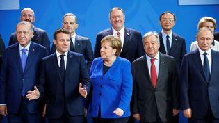 Certains des dirigeants internationaux présents au sommet de Berlin sur la Libye, le 19 janvier 2020, dont, au premier rang, Recep Tayyip Erdogan, Emmanuel Macron, Angela Merkel, Antonio Guterres et Vladimir Poutine. (HANNIBAL HANSCHKE / REUTERS)