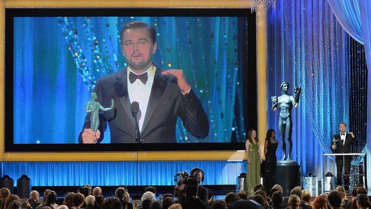 """Leonardo DiCaprio sur scène reçoit son """"SAG Award"""".  (KEVORK DJANSEZIAN / GETTY IMAGES NORTH AMERICA / AFP)"""