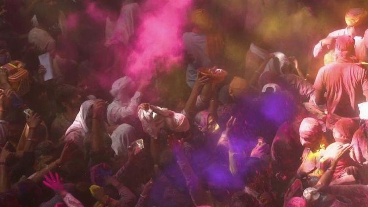 """Inde : des milliers de festivaliers rassemblés pour célébrer """"Holi"""" (FRANCE 2)"""