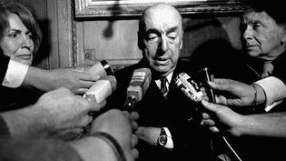 Pablo Neruda Prix Nobel en 1971, répond aux journalistes français  (SIPA)