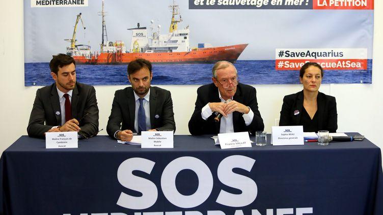 L'association SOS Méditerrannée accompagnéede deux de ses avocats, le 17 octobre 2018 à Marseille. (VALERIE VREL / MAXPPP)