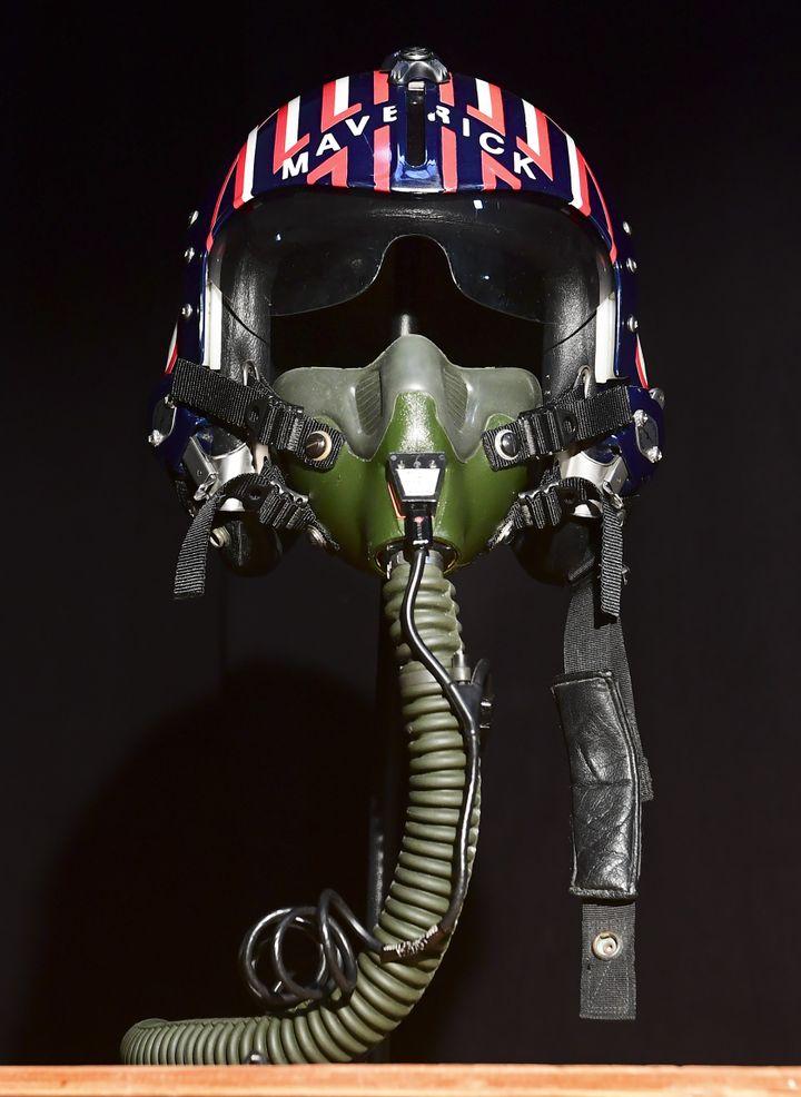 """Le casquede pilote de chasse utilisé par Tom Cruise dans""""Top Gun"""", personnalisé avec le nom du personnage Maverick, fait partie de la vente aux enchères de Prop Store prévue fin août à Los Angeles. Ilest estimé à quelque 70.000 dollars. (FREDERIC J. BROWN / AFP)"""