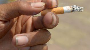 Le fabricant de cigarettesRJ Reynolds Tobacco Company a été condamné à verser une indemnisation record à la veuve d'un fumeur mort d'un cancer du poumon, le 19 juillet 2014. (TANG CHHIN SOTHY / AFP)