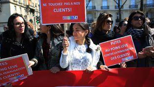 Des travailleurs du sexe ont manifesté devant l'Assemblée nationale, mecredi 6 avril à Paris, pour protester contre le vote de la loi pénalisant les clientsde la prostitution. (THIBAULT CAMUS / AP / SIPA)