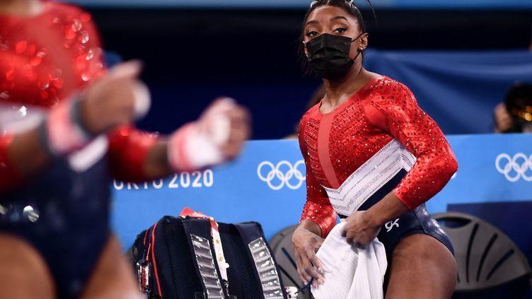 L'Américaine Simone Biles a déclaré forfait pour les trois dernières rotations de lafinale du concours général par équipes. (LOIC VENANCE / AFP)