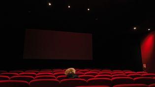 Une personne seule dans une salle de cinéma, à Paris, le 5 octobre 2020. (LILIAN CAZABET / HANS LUCAS / AFP)