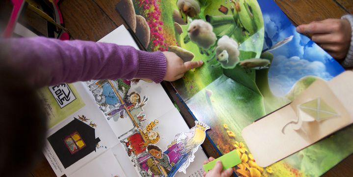 Des enfants regardent des livres pop-up  (Fred Dufour / AFP)