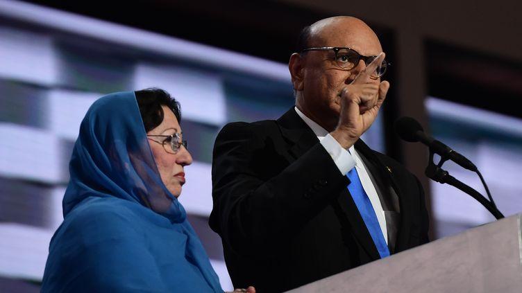 Les Khan, parents d'un soldat tué en Irak, lors de la convention démocrate, à Philadelphie, le 28 juillet 2016. (ROBYN BECK / AFP)