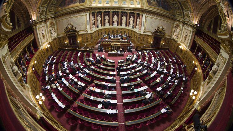 Les sénateurs ont adopté samedi 23 novembre un amendement pour appliquer le taux réduit de TVA aux transports publics urbains, alors qu'ils doivent subir la hausse du taux intermédiaire de 7 à 10%. (JOEL SAGET / AFP)