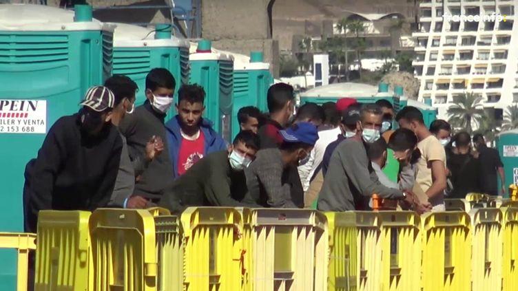 Des migrants sur le port d'Arguinéguin, sur Grande Canarie, le 22 novembre 2020. (GILLES GALLINARO / RADIO FRANCE)