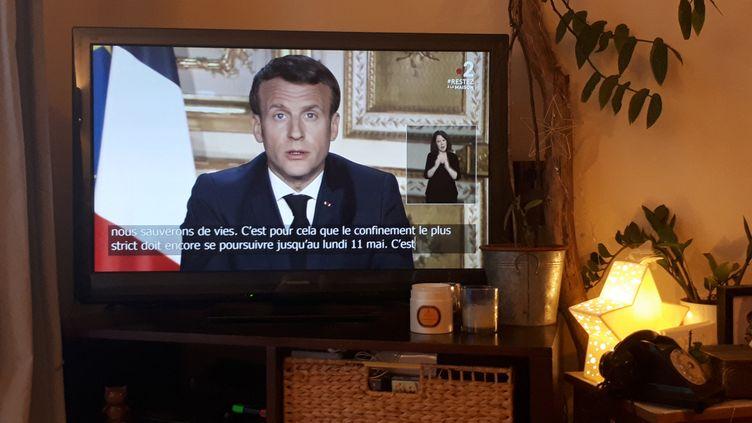 Le chef de l'Etat Emmanuel Macron, le 13 avril 2020, lors d'une allocution télévisée. (STÉPHANIE BERLU / RADIOFRANCE)