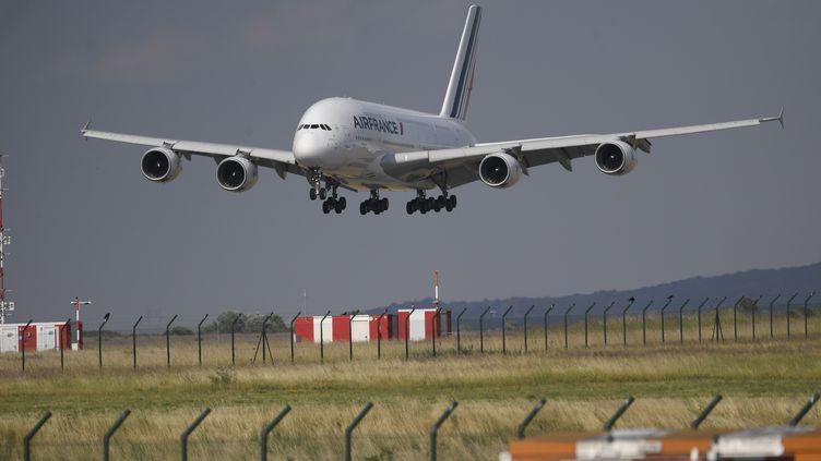 Le dernier vol de l'Airbus A380 d'Air France atterrit à l'aéroport Roissy Charles-De-Gaulle, le 26 juin 2020. (MAXPPP)
