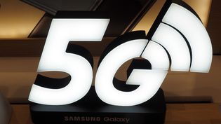 Le logo 5Gdans un magasin Samsung taïwanais. Photo d'illustration. (DAVID CHANG / EPA)
