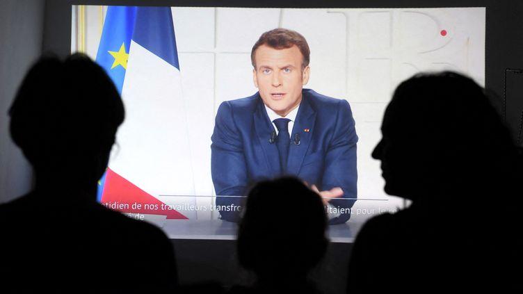Des Français devant leur télévision mercredi 31 mars pour écouter les nouvelles mesures de lutte contre le Covid-19 annoncées parle président Emmanuel Macron. (NICOLAS TUCAT / AFP)