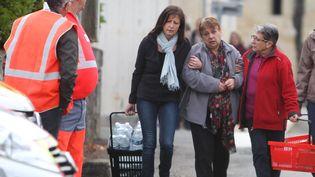 Des proches des victimes arrivent dans le centre-ville de Puisseguin (Gironde), après la collision entre un camion et un car de tourisme, le 23 octobre 2015. (MAXPPP)