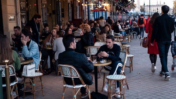 Une terrasse de café à Bordeaux (Gironde), le 29 octobre 2020. (VALENTINO BELLONI / HANS LUCAS)