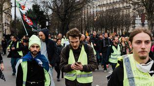 """Des manifestants du mouvement des """"gilets jaunes"""" à Paris, le 2 mars 2019. (KARINE PIERRE / AFP)"""