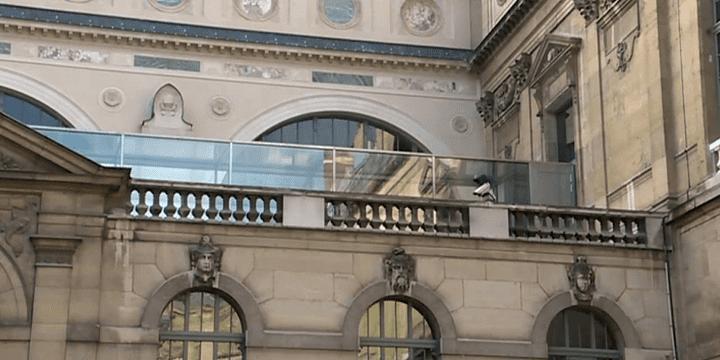 L'architecte Bruno Gaudin a conçu un pont en verre pour relier les bâtiments  (Capture d'écran France 3/Culturebox)