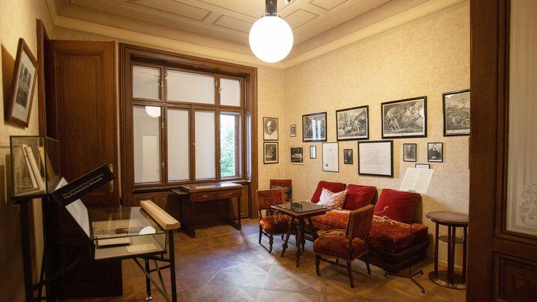 La salle d'attente du fondateur de la psychanalyse Sigmund Freud, le 26 août 2020 (ALEX HALADA / AFP)