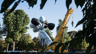 """Le """"Bouquet de tulipes"""" de Jeff Koons en train d'être installé près du Petit Palais à Paris, le 2 septembre 2019 (TRISTAN REYNAUD/SIPA)"""