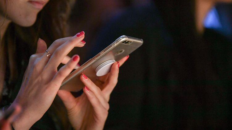 Difficile aujourd'hui de se passer de son téléphone portable, ne serait-ce que pour le travail. (JENS KALAENE / DPA-ZENTRALBILD)