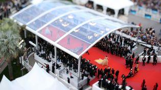 Une vue plongeante sur le tapis rouge et les marches du palais des festivals, le 15 mai 2018 à Cannes (VALERY HACHE / AFP)