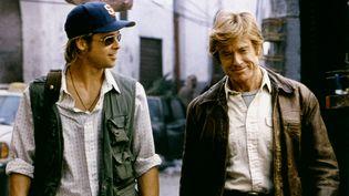 """Brad Pitt et Robert Redford sur le tournage de """"Spy Game"""", en 2001. (SCREEN PROD / AFP)"""