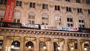 Une banderole des intermittents du spectacle sur la façade de la Comédie française, à Paris, mardi 26 avril. (BENJAMIN FILARSKI / HANS LUCAS)
