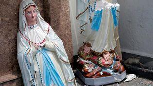 Une statue de la Vierge Marie après l'explosion dans l'église Saint-Anthony à Colombo. (DINUKA LIYANAWATTE / REUTERS)