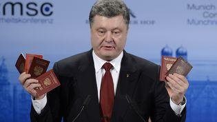 Le président ukrainien Petro Porochenkobrandit des passeports de soldats russes entrés en Ukraine lors dela Conférence sur la sécurité de Munich (Allemagne) le 7 février 2015. (THOMAS KIENZLE / AFP)