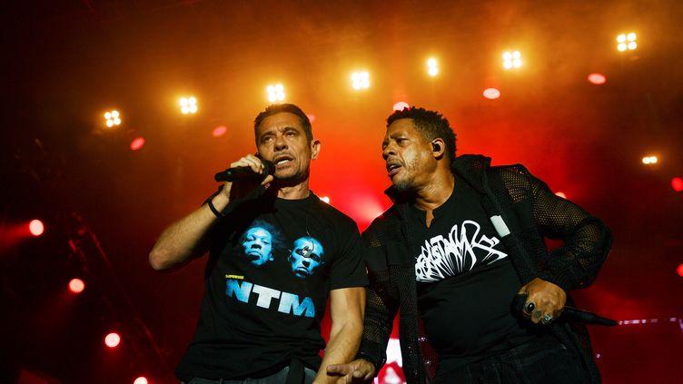 Les rappeurs Kool Shen et JoeyStarr, sur scène, au Francofolies de La Rochelle, le 12 juillet 2018. (XAVIER LEOTY / AFP)