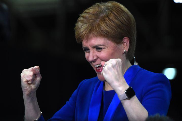 La Première ministre et chef de filedes indépendantistes écossais, Nicola Sturgeon, célèbre la victoire de son parti aux législatives, le 13 décembre 2019 à Glasgow (Ecosse). (ANDY BUCHANAN / AFP)