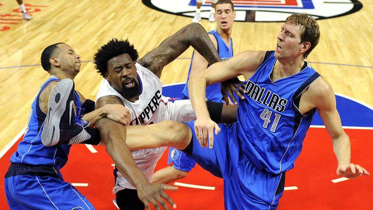 DeAndre Jordan face à Dirk Nowitzki lors de Los Angeles Clippers - Dallas Mavericks. (KEVORK DJANSEZIAN / GETTY IMAGES NORTH AMERICA)