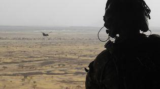 Illustration d'un soldat de l'opération Barkhane dans la région malienne du Gourma, dans le centre du pays. (DAPHNE BENOIT / AFP)
