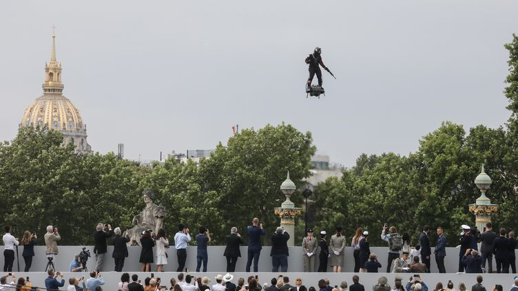 Franky Zapata lors de l'édition 2019 du défilé militaire sur les Champs-Elysées, à Paris, le 14 juillet 2019. (LUDOVIC MARIN / AFP)