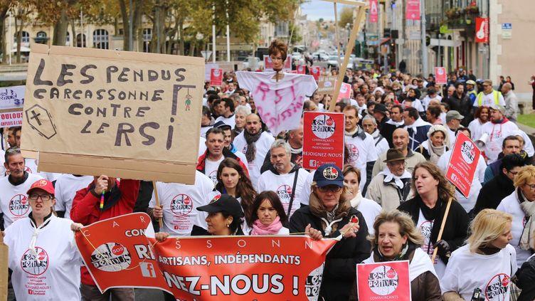"""Des travailleurs indépendants, des commerçants et des artisans rassemblés sous la bannière des """"pendus"""" manifestent à Carcassonne(Aude) contre leur régime de protection sociale,le 17 novembre 2014. (  MAXPPP)"""