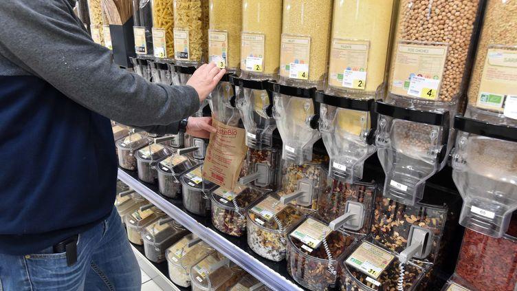 Un rayon de produits en vrac dans un supermarché. Photo d'illustration. (CLAUDE PRIGENT / MAXPPP)