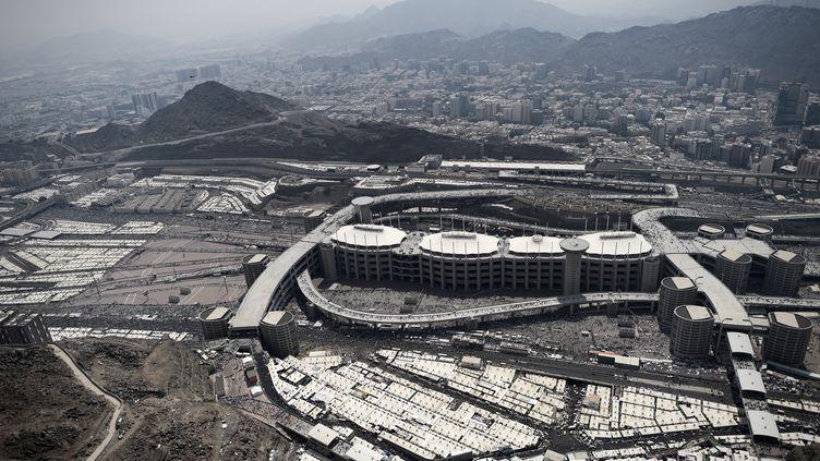 Une photo aérienne de Mina, près de La Mecque (Arabie Saoudite), montrent les tentes où logent les pèlerins et les infrastructures qui permettent l'accès aux lieux saints. (MOHAMMED AL-SHAIKH / AFP)