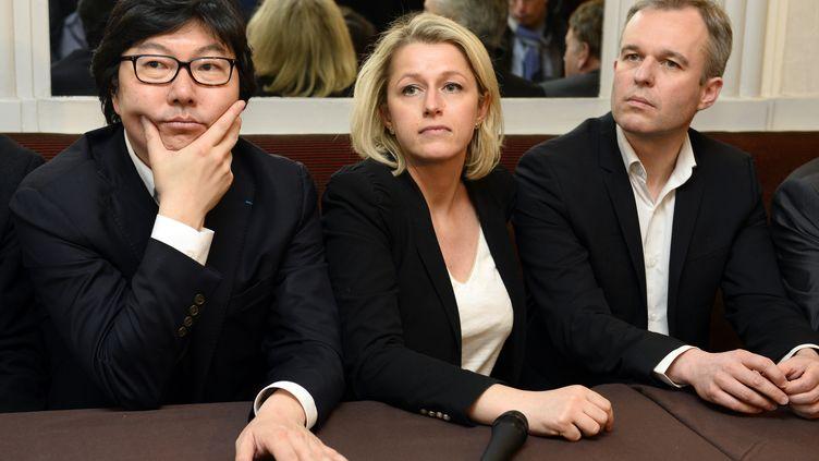 La députée Barbara Pompili, entourée de Jean-Vincent Placé et François de Rugy, participe à une conférence de presse à l'Assemblée nationale, le 4 avril 2015. (BERTRAND GUAY / AFP)