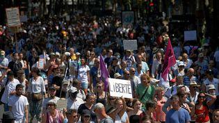 Des manifestants contre le pass sanitaire à Toulouse (Haute-Garonne), le 14 août 2021. (ALAIN PITTON / NURPHOTO / AFP)